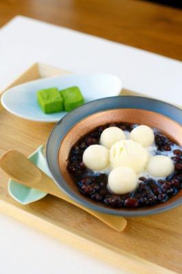 「冷やしアイスクリームぜんざい 本日の煎茶セット」(写真、1404円)